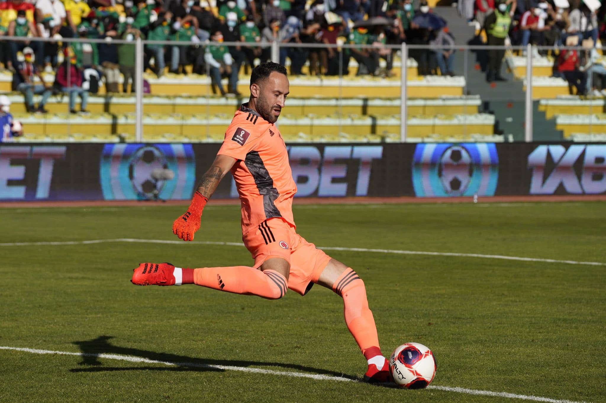 MIRAFLORES, BOLIVIA - SEPTEMBER 02: David Ospina of Colombia kicks the ball during a match between Bolivia and Colombia as part of South American Qualifiers for Qatar 2022 at Estadio Hernando Siles on September 02, 2021 in Miraflores, Bolivia. (Photo by Javier Mamani/Getty Images)