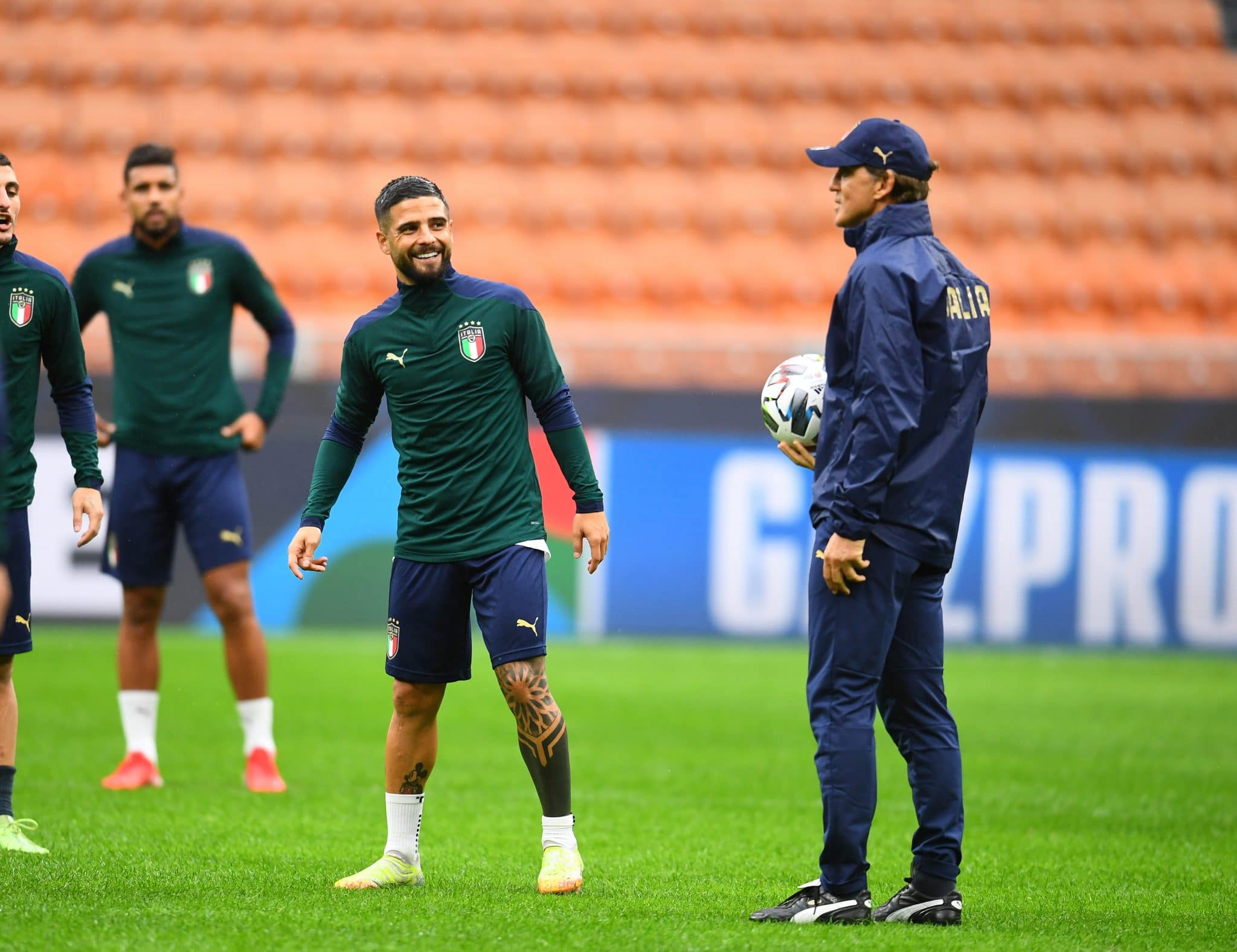 MILAN, ITALY - OCTOBER 05: Head coach Italy Roberto Mancini and Lorenzo Insigne of Italy look on during training session on October 05, 2021 in Milan, Italy. (Photo by Claudio Villa/Getty Images)
