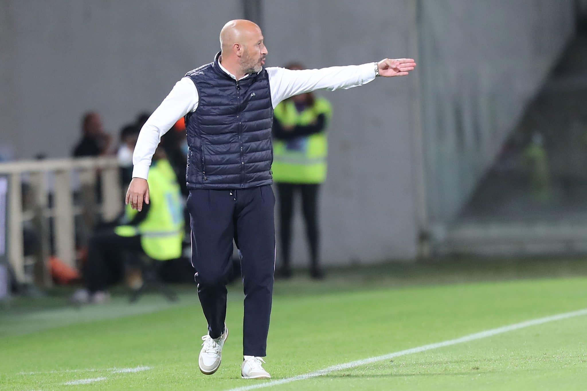 FLORENCE, ITALY - SEPTEMBER 21: Vincenzo Italiano manager of AFC Fiorentina gestures during the Serie A match between ACF Fiorentina v FC Internazionale on September 21 in Florence, Italy.  (Photo by Gabriele Maltinti/Getty Images)