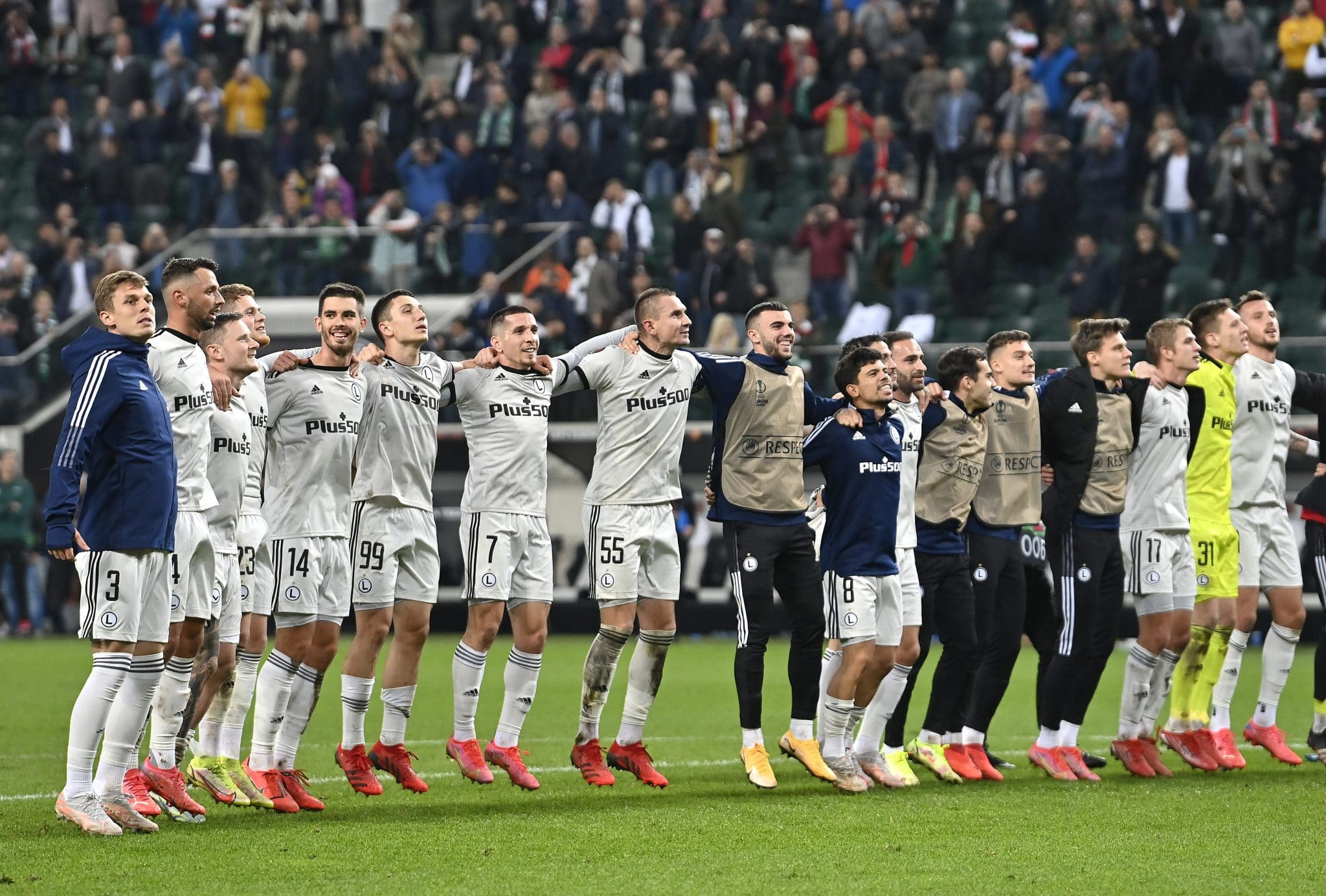 WARSAW, POLAND - SEPTEMBER 30: Players of Legia Warsaw celebrate after victory in the UEFA Europa League group C match between Legia Warszawa and Leicester City at Wojska Polskiego Stadium on September 30, 2021 in Warsaw, Poland. (Photo by Adam Nurkiewicz/Getty Images)