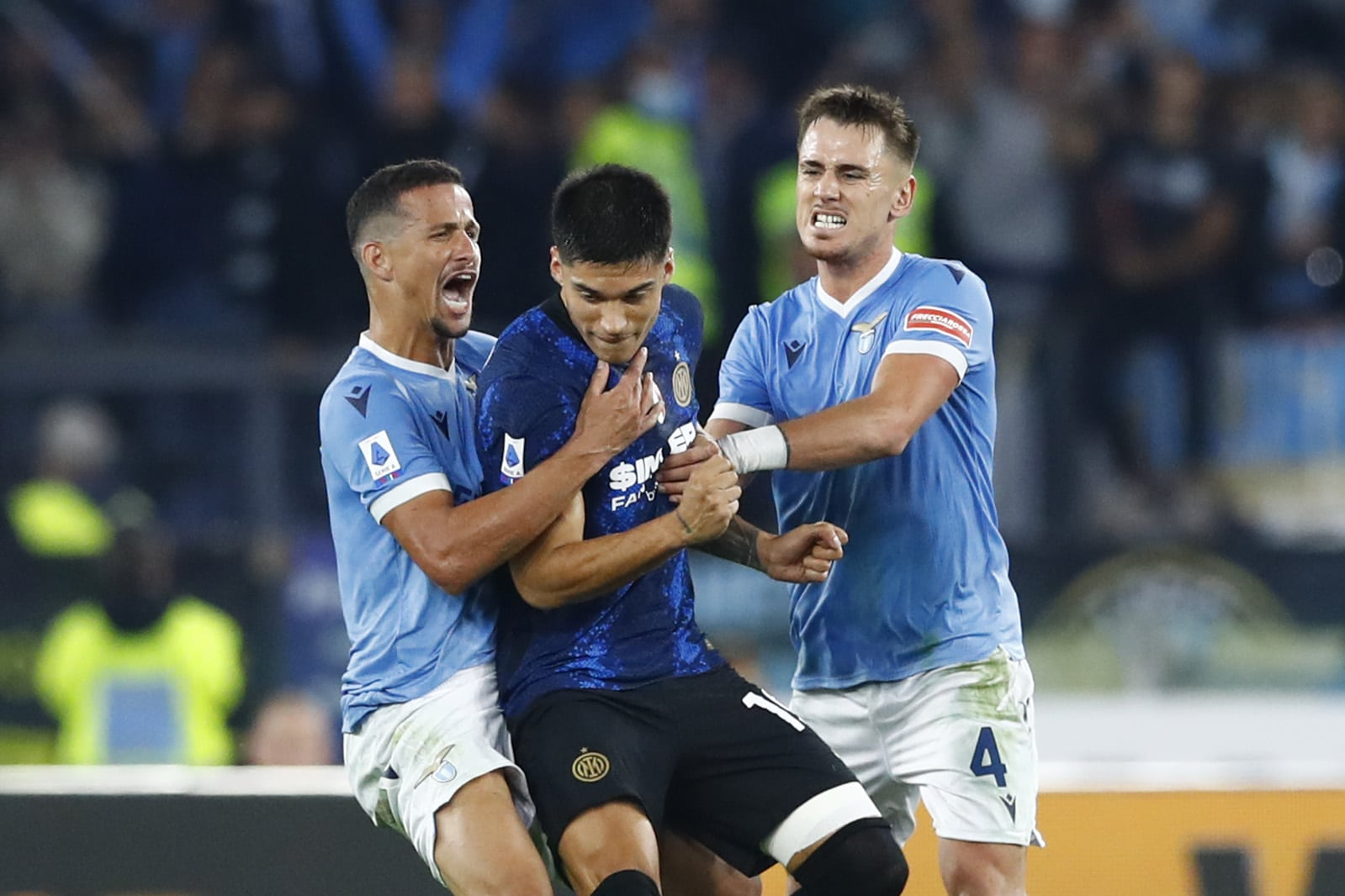 ROME, ITALY - OCTOBER 16: (BILD OUT) Luiz Felipe of SS Lazio and Joaquin Correa of FC Internazionale discuss after the Serie A match between SS Lazio and FC Internazionale at Stadio Olimpico on October 16, 2021 in Rome, Italy. (Photo by Matteo Ciambelli/DeFodi Images via Getty Images)