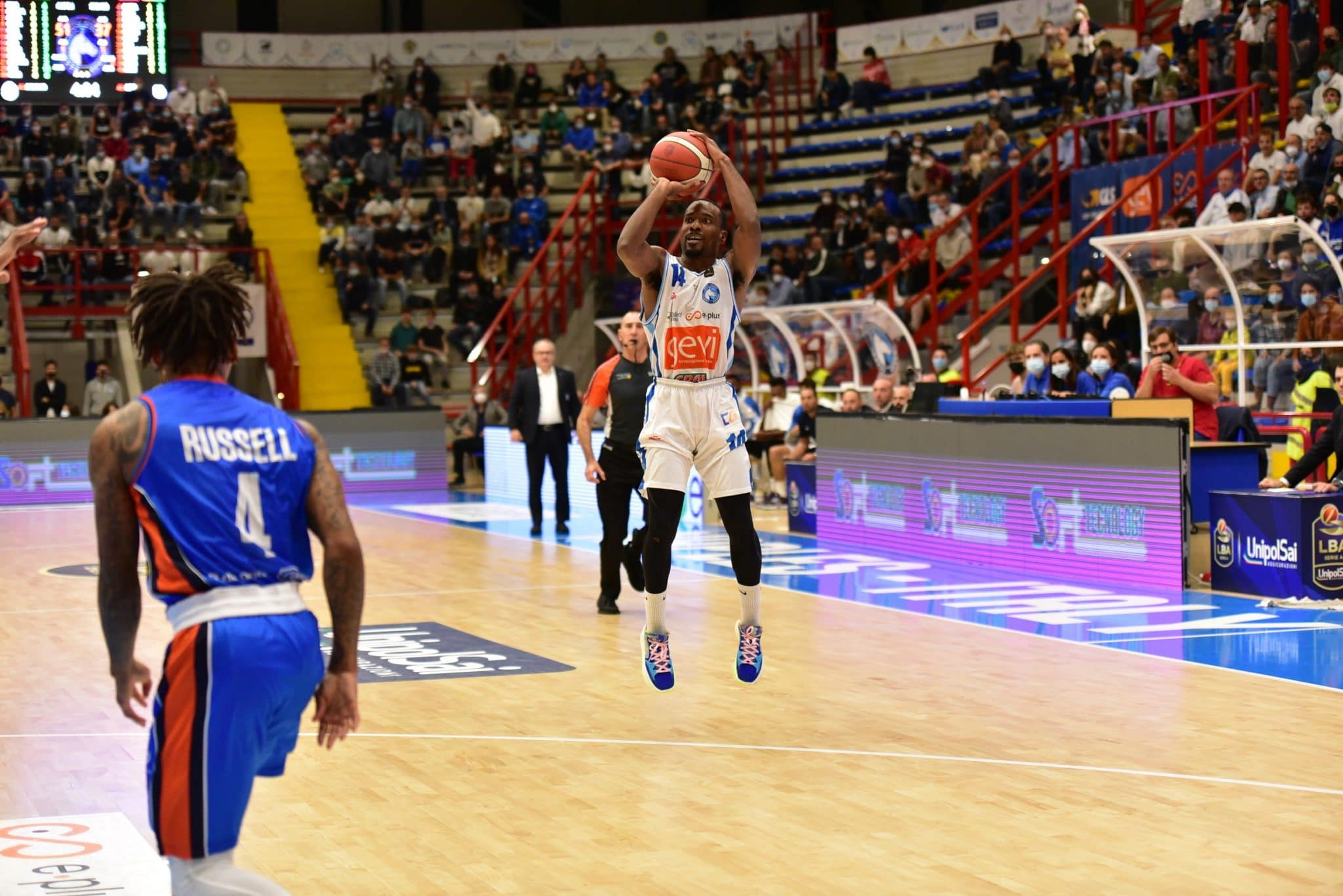 NAPLES, ITALY - 2021/10/10: Napoli's point guard Josh Mayo in action during third match of Italian Serie A league between Gevi Napoli and Nutribullet Treviso . Napoli team won the game for 82 70. (Photo by Paola Visone/Pacific Press/LightRocket via Getty Images)