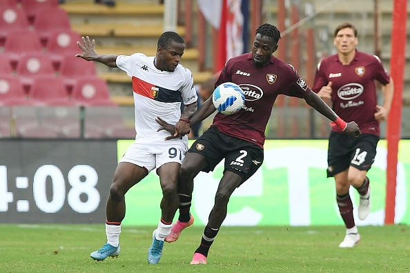 SALERNO, ITALY - OCTOBER 02: Mamadou Coulibaly of US Salernitana vies with Yayah Kallon of Genoa CFC during the Serie A match between US Salernitana v Genoa CFC  at Stadio Arechi on October 02, 2021 in Salerno, Italy. (Photo by Francesco Pecoraro/Getty Images)