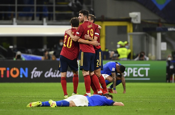MILAN, ITALY, OCTOBER 06: Sergi Roberto (L), Aymeric Laporte (C) and Cesar Azpilicueta (R), of Spain, celebrate at the end of the UEFA Nations League football tournament semi-final match between Italy and Spain at San Siro stadium in Milan, Italy, on October 06, 2021. Spain defeated Italy 2-1. (Photo by Isabella Bonotto/Anadolu Agency via Getty Images)