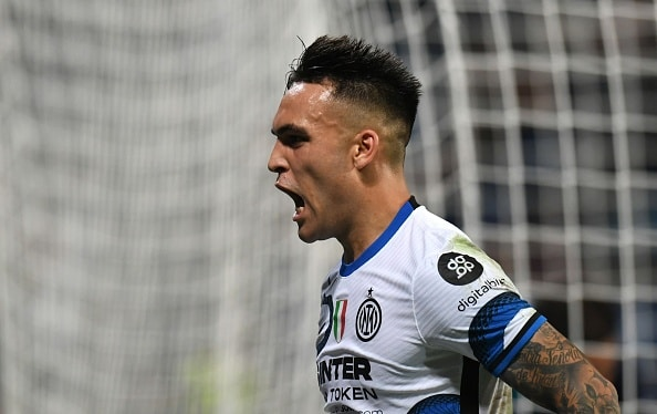 REGGIO NELL'EMILIA, ITALY - OCTOBER 02: Lautaro Martinez of FC Internazionale celebrates after scoring his team second goal during the Serie A match between US Sassuolo v FC Internazionale at Mapei Stadium - Citta' del Tricolore on October 02, 2021 in Reggio nell'Emilia, Italy. (Photo by Alessandro Sabattini/Getty Images)